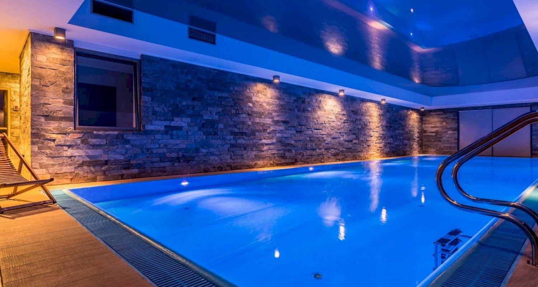 Revetement-de-sol-et-mur-pour-piscine-interieure